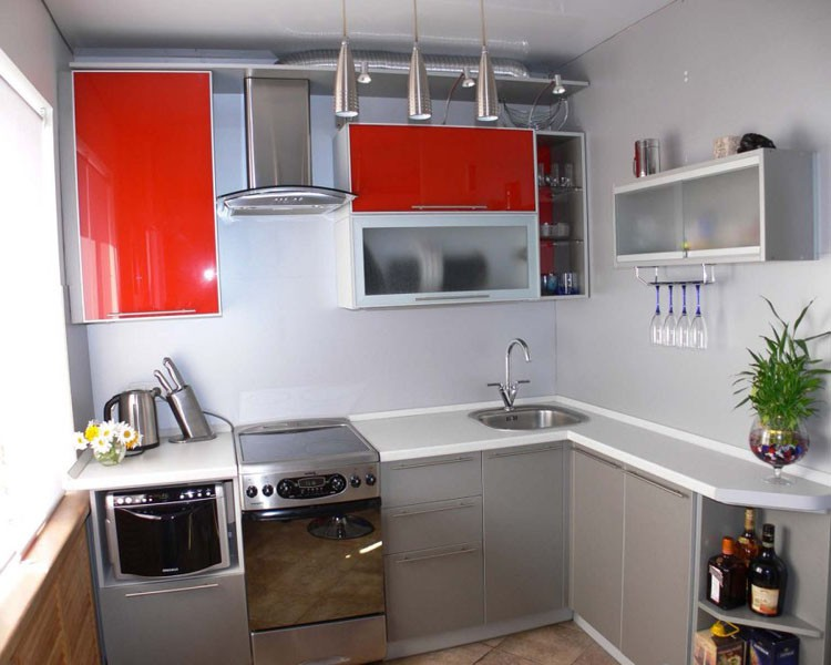 угловая кухня с красными фасадами