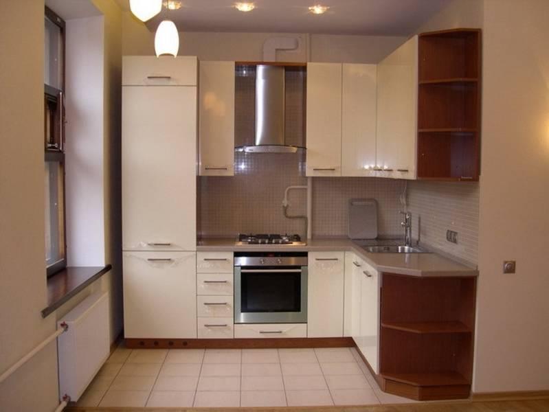 угловая кухня с бежевыми фасадами