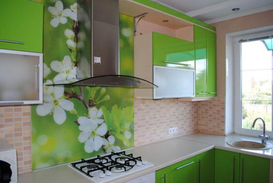 угловая кухня с зелёными фасадами