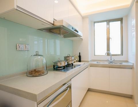 светлая угловая кухня
