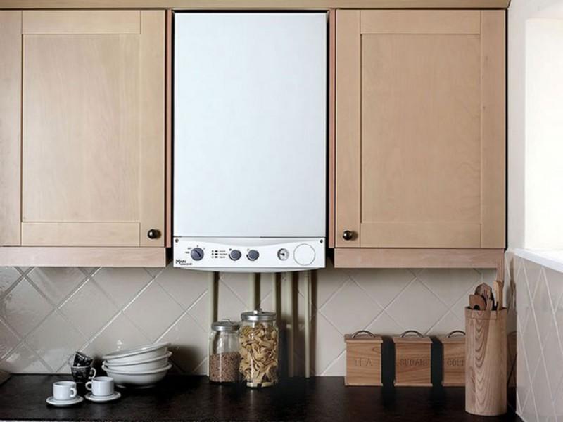 белая колонка на кухне