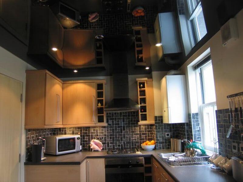 кухня с газовой колонкой возле окна