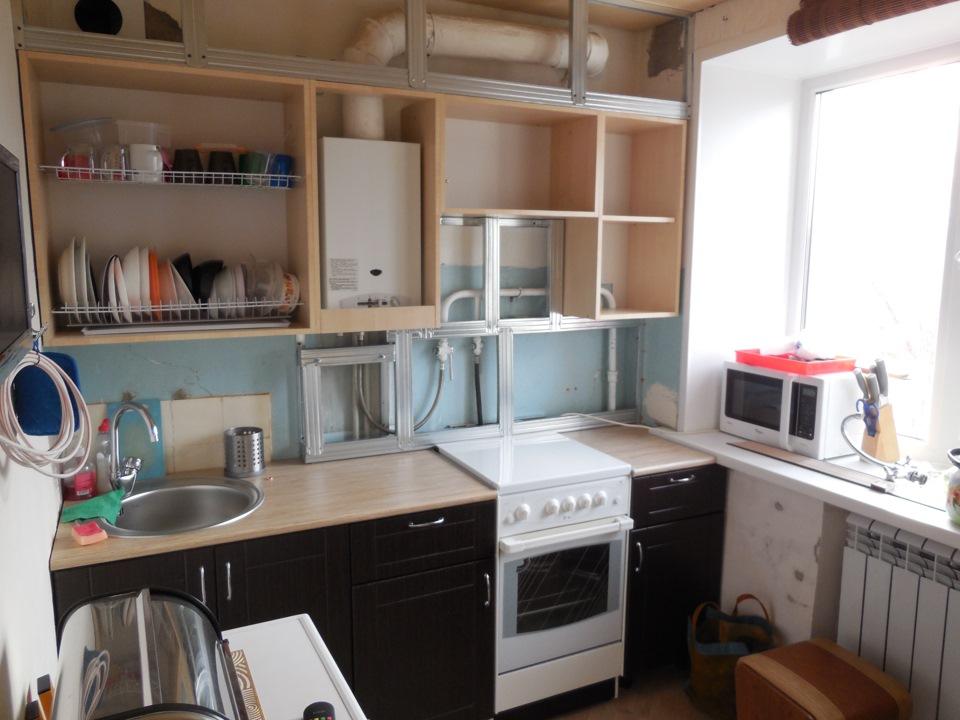 кухня с газовой колонкой возле плиты