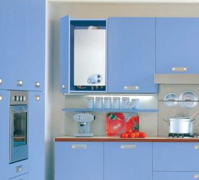 кухня с газовой колонкой в шкафу