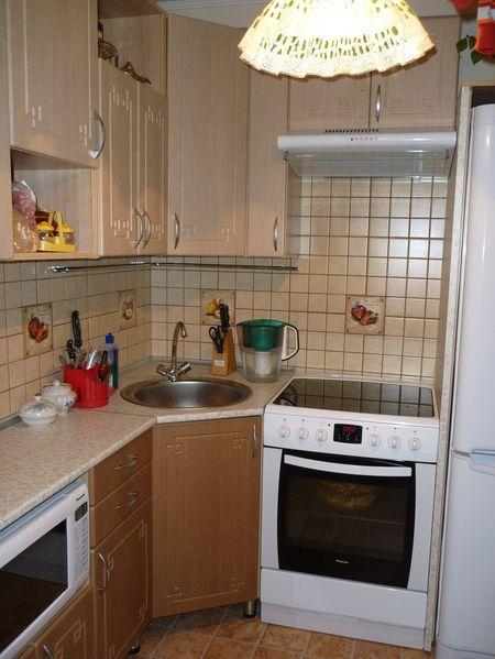 Бежевый гарнитур на кухне 2 на 3 метра