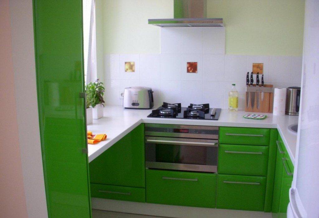 Зелёный гарнитур на кухне 2 на 3 метра