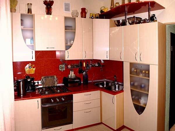красный фартук на кухне 2 на 3 метра