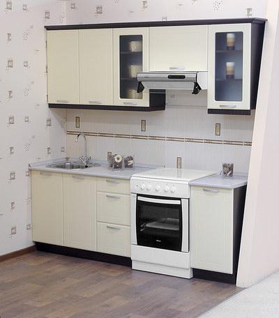 белый линейный гарнитур на кухне 2 на 3 метра