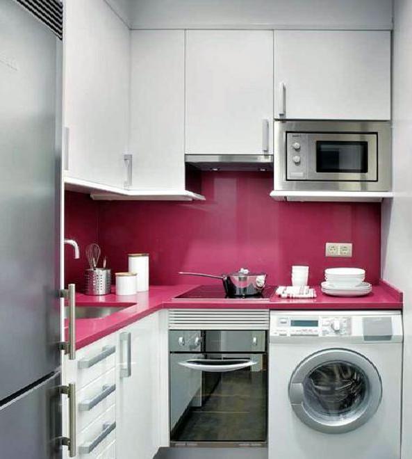 угловой гарнитур на кухне 2 на 3 метра с розовым фартуком