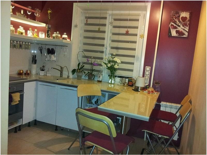 рабочая зона с обеденной у окна на кухне в хрущёвке