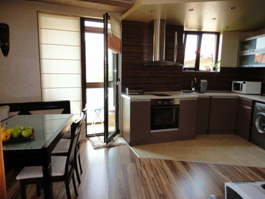 рулонная штора на кухне с балконной дверью