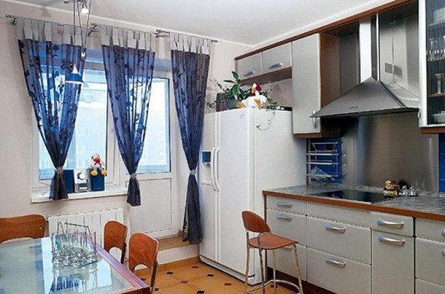 синие шторы для кухни с балконной дверью