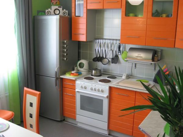 оранжевые фасады кухни 7 кв.м.