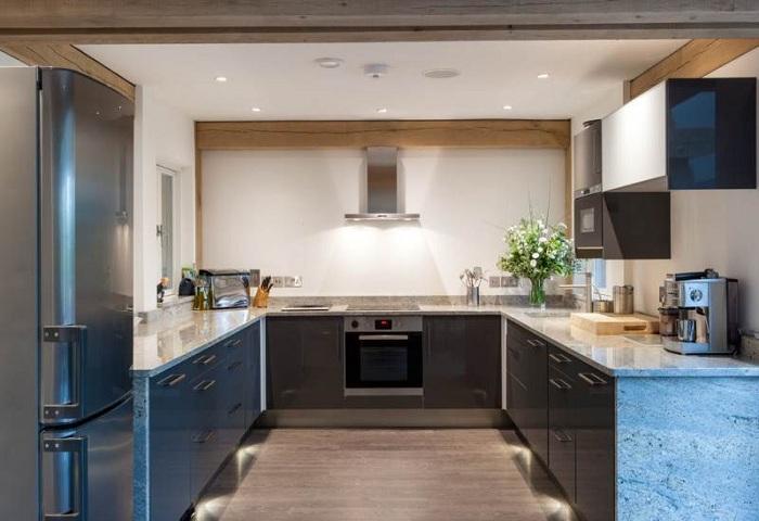 голубой оттенок на маленькой кухне