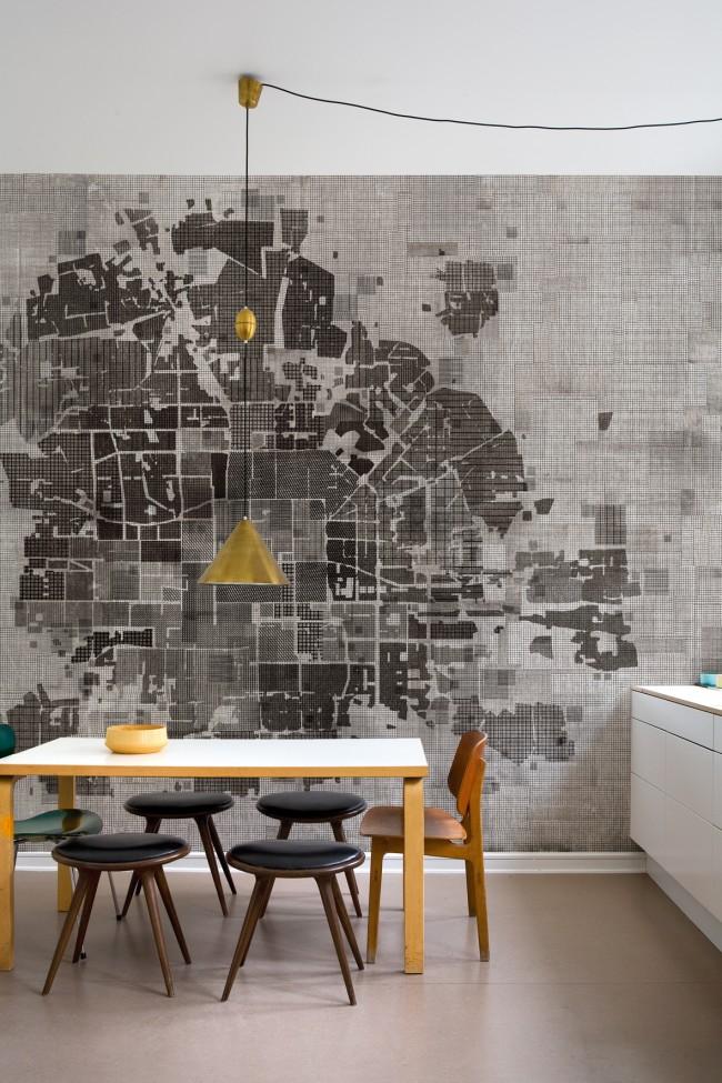карта города на стене кухни