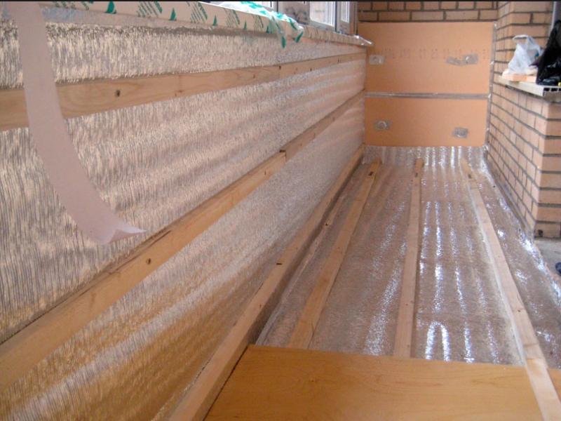Фольгированный изолон на балконе