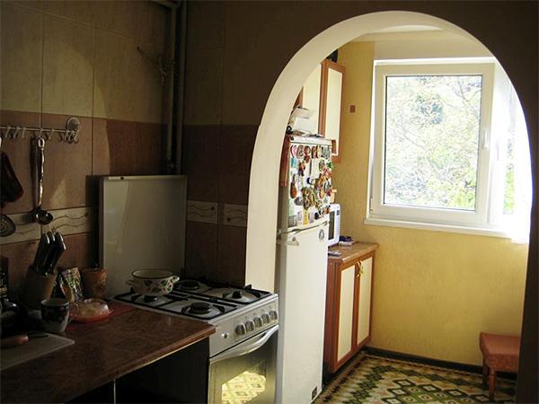 кухонный гарнитур и холодильник на балконе