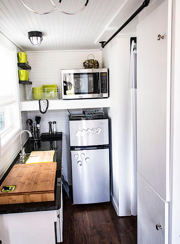 кухня на балконе с рабочей зоной