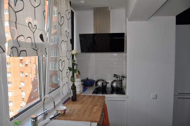 кухня на балконе белая