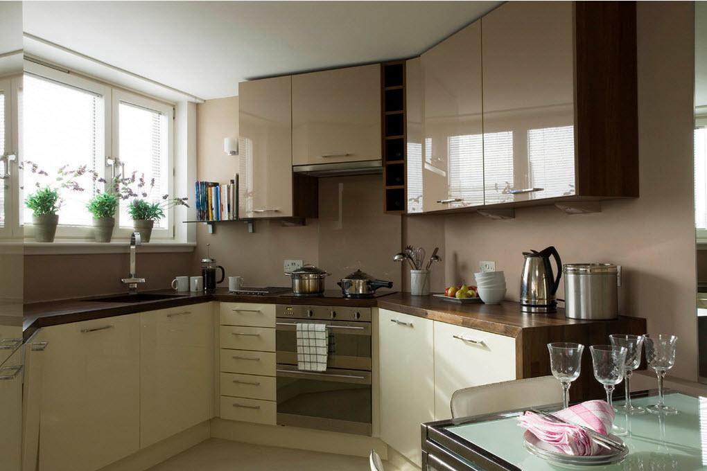 маленькая кухня с глянцевыми фасадами