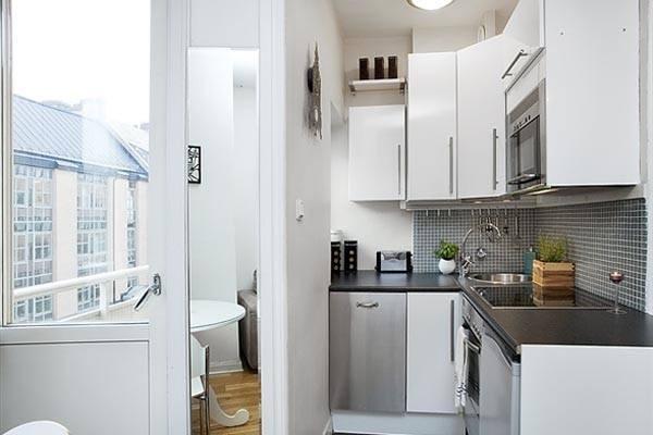 белый гарнитур на маленькой кухне