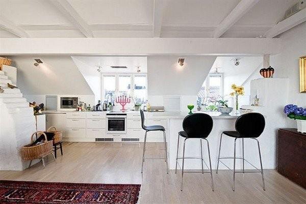 высокие стулья на кухне в скандинавском стиле