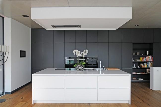 серые матовые фасады на кухне в стиле хай тек 2017