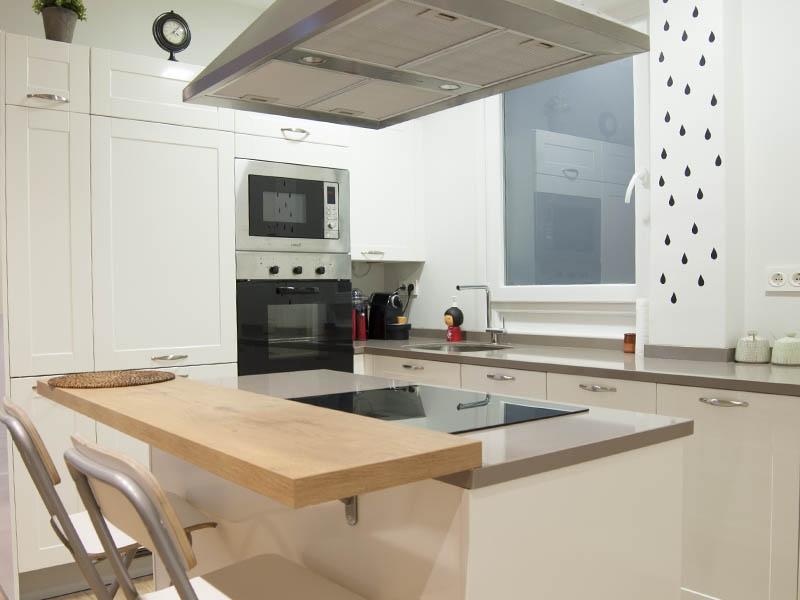 белая кухня в стиле хай-тек