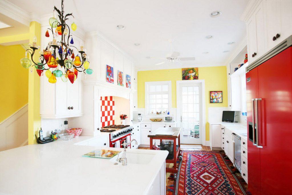 яркая люстра на кухню
