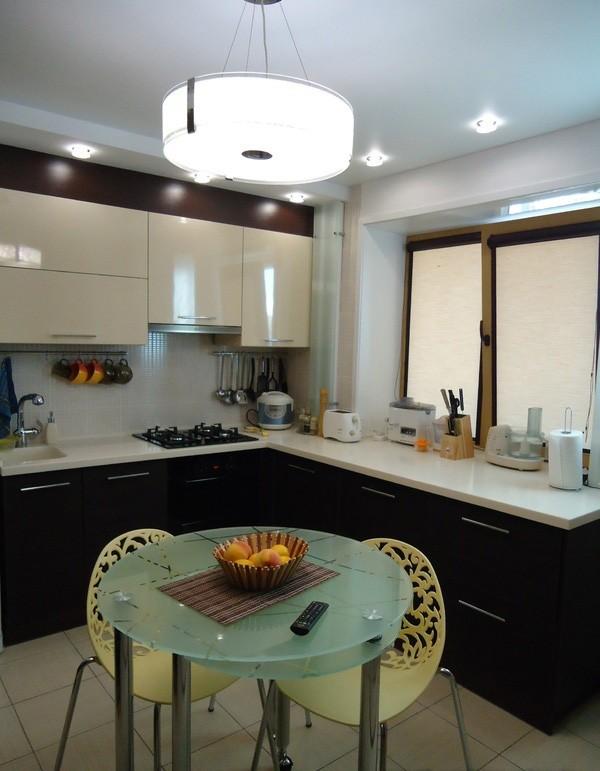 Г-образная кухня с рабочей зоной на подоконнике