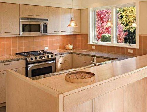П-образная кухня с рабочей зоной на подоконнике