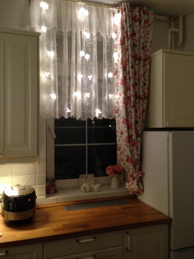 шторы на окне с рабочей зоной кухни