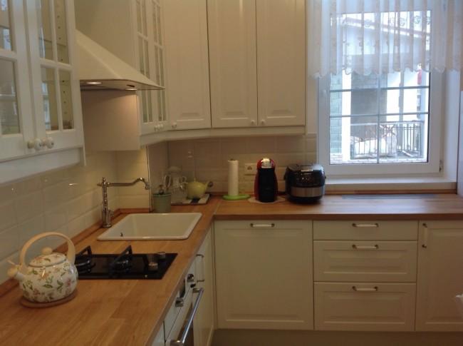 угловая кухня со столешницей у окна
