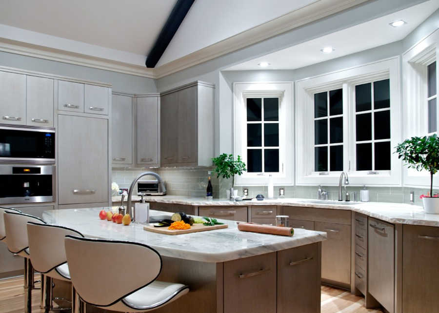 кухня с рабочей зоной возле эркерного окна