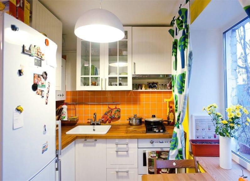 оранжевый с белым на кухне