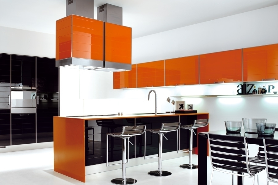 оранжевый и чёрный на кухне