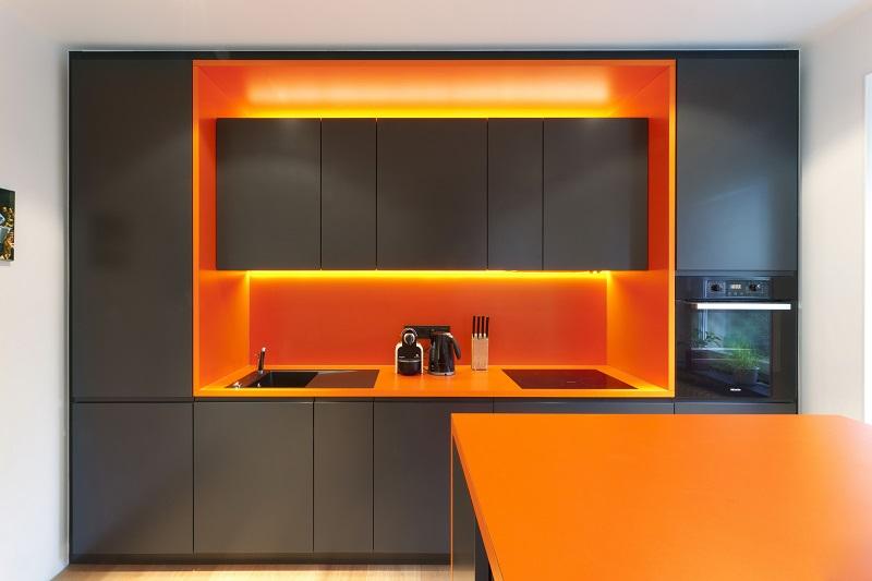 оранжево-чёрная кухня