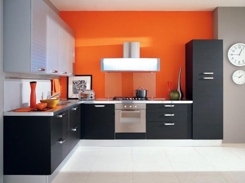 оранжевый с серым и чёрным на кухне