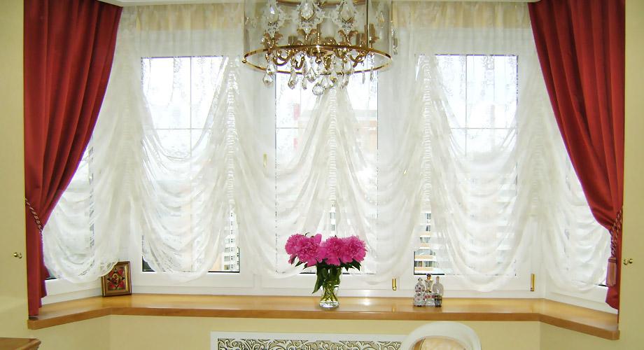 Австрийские шторы с декоративным оформлением в кухне