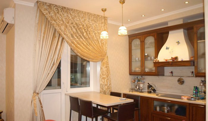 шторы с узором для кухни с балконом