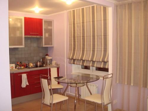римские шторы для кухни с балконной дверью