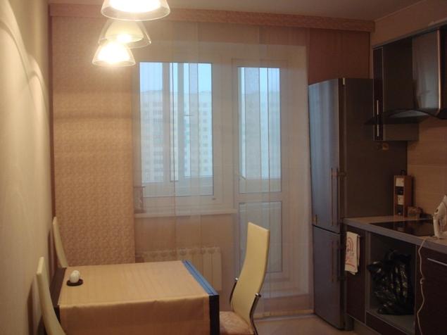 прозрачные шторы для кухни с балконной дверью