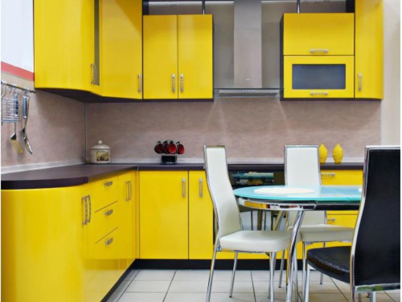 жёлтый гарниутр в интерьере кухни
