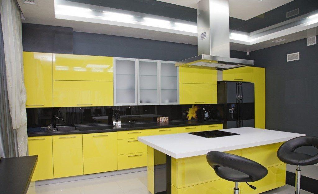 жёлтая с чёрным кухня