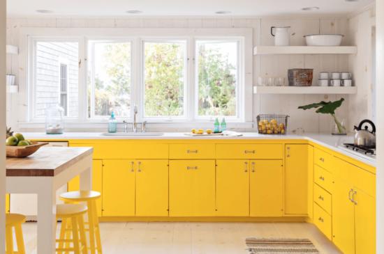 жёлтые нижние шкафы на кухне